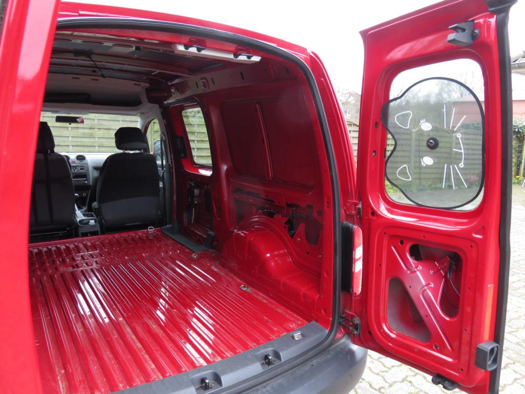 Der Laderaum des VW Caddy Maxi mit demontierten Verkleidungen