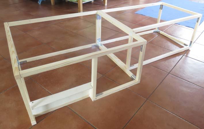 Konstruktion der Möbel aus Kiefernlatten mit Winkeln verschraubt.