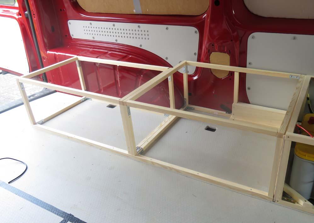 Verschraubung der Rahmenkonstruktion mit der Bodenplatte
