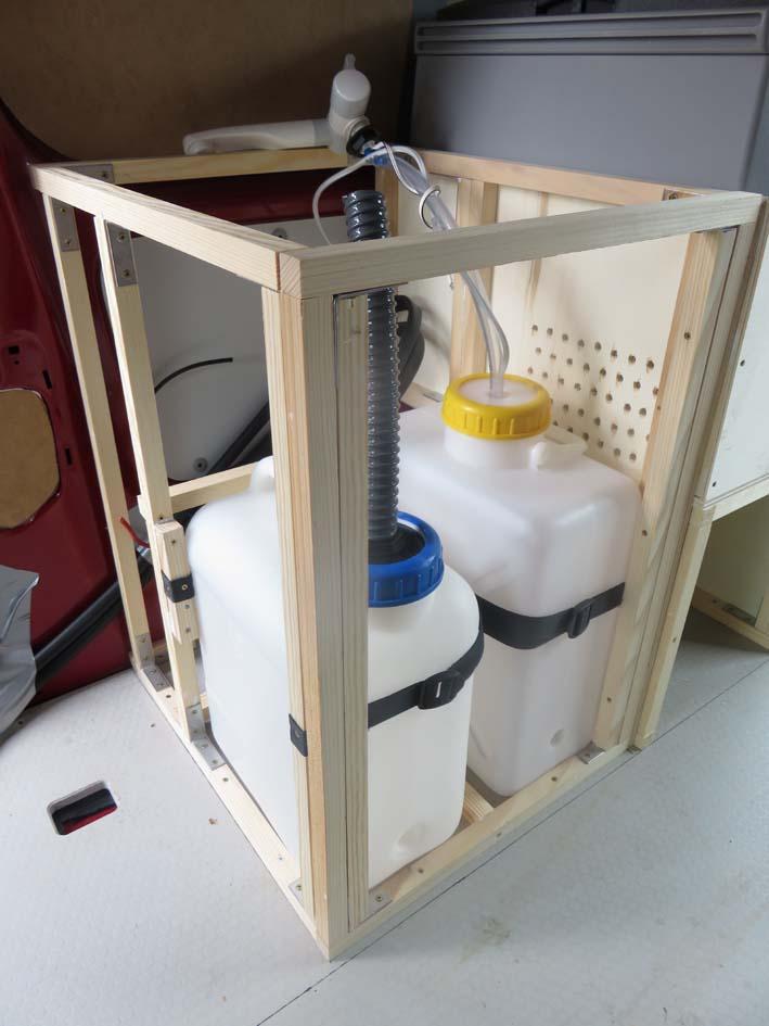 Konstruktion des Küchenmoduls zur Wasserversorgung mit Frischwasser- und Abwasserkanister