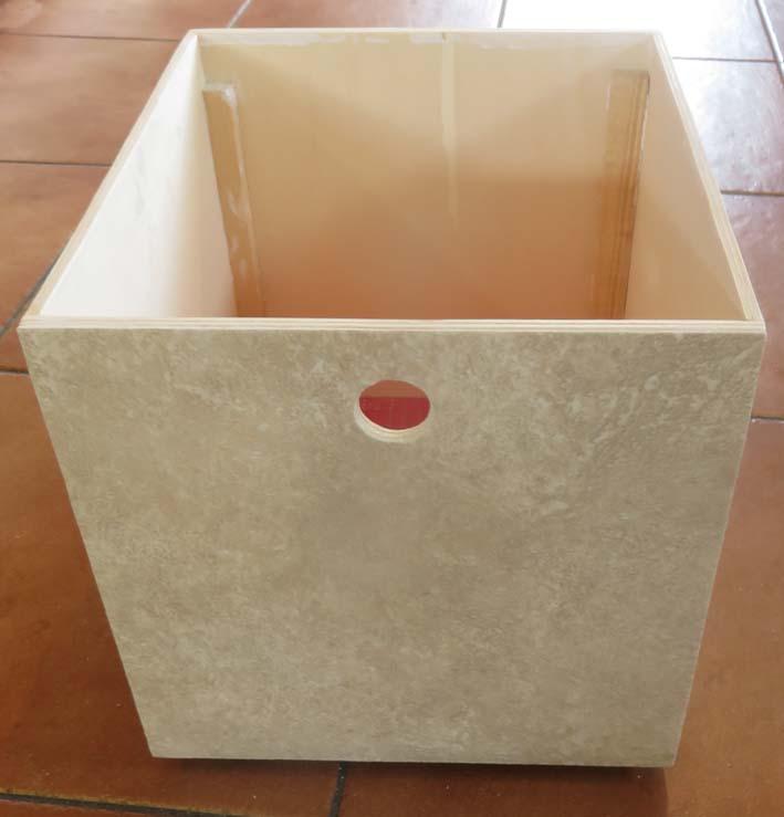 Fronten der Möbel werden mit PVC-Belag beklebt.