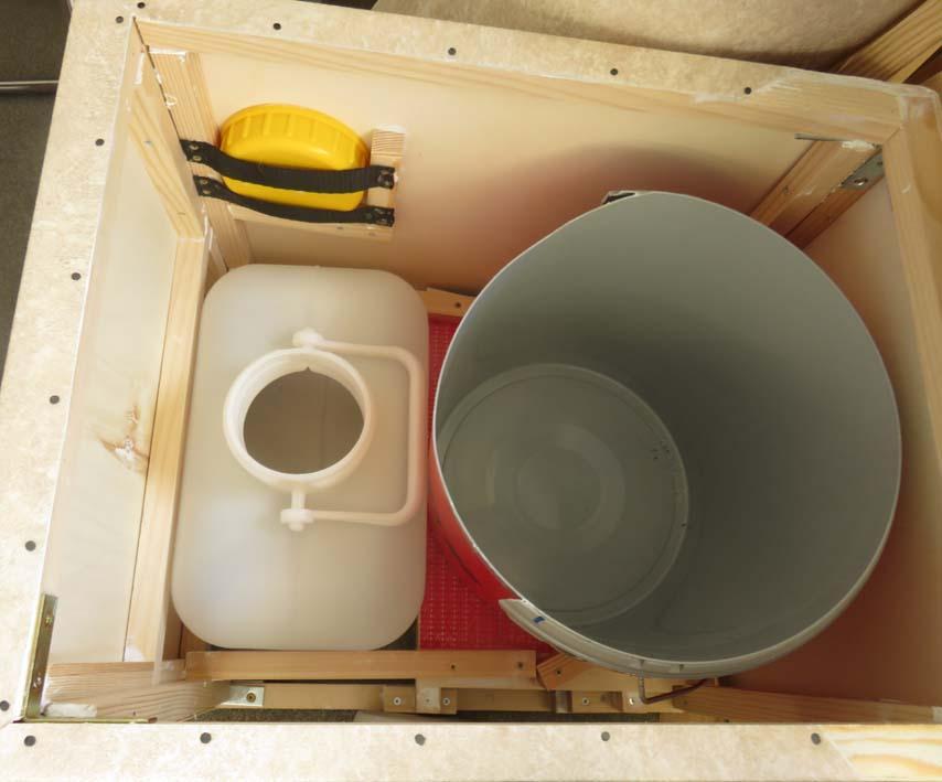 Innenleben der WC-Box mit Kanister und Eimer