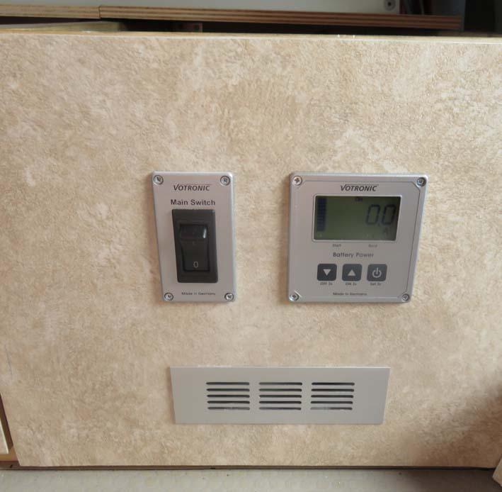 Front Platte der Elektrobox mit Votronic-Panel und Hauptschalter