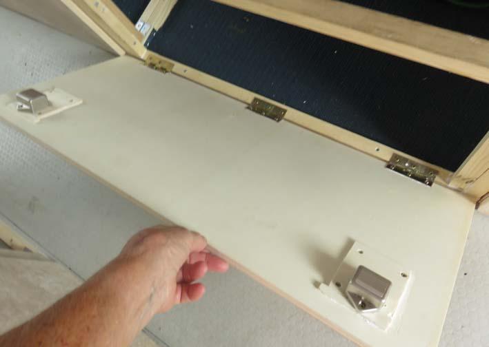 Frontplatten der Staukästen zum Aufklappen nach vorne
