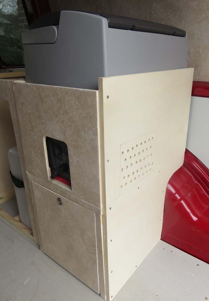 Fertiges Küchenmodul mit Kühlbox und Staubox