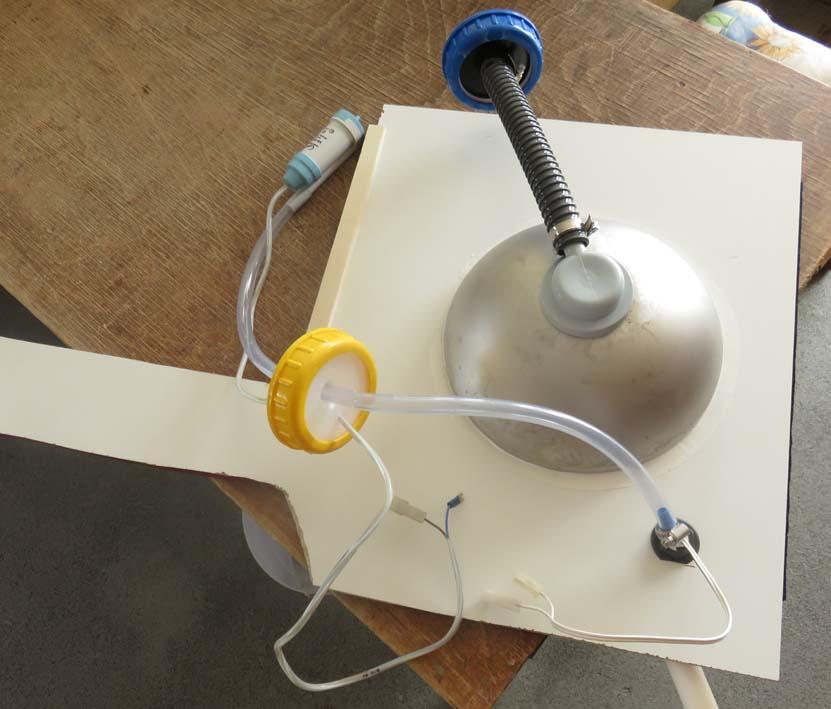 Arbeitsplatte von unten mit eingebauter Spüle, Wasserhahn und Tauchpumpe