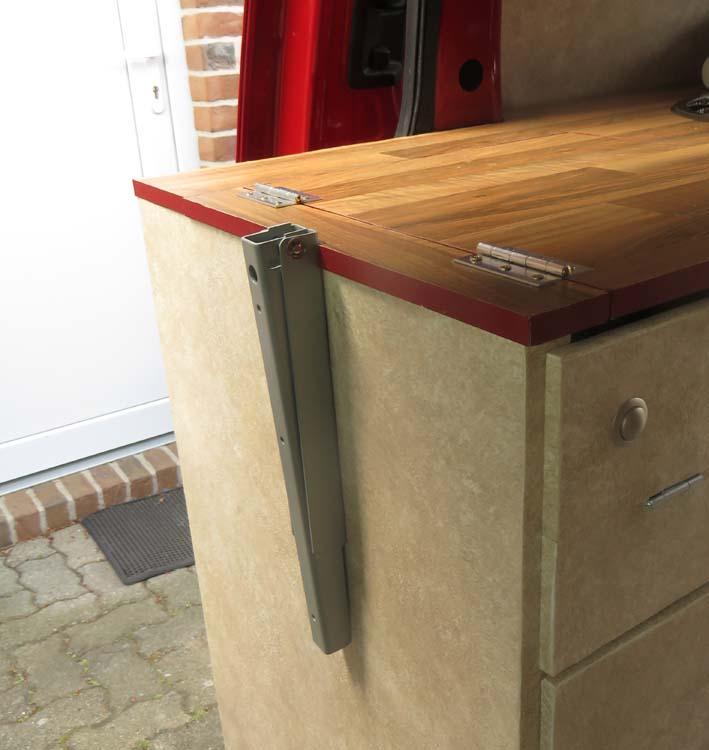 Klapp-Konsole für den Kocherausschnitt