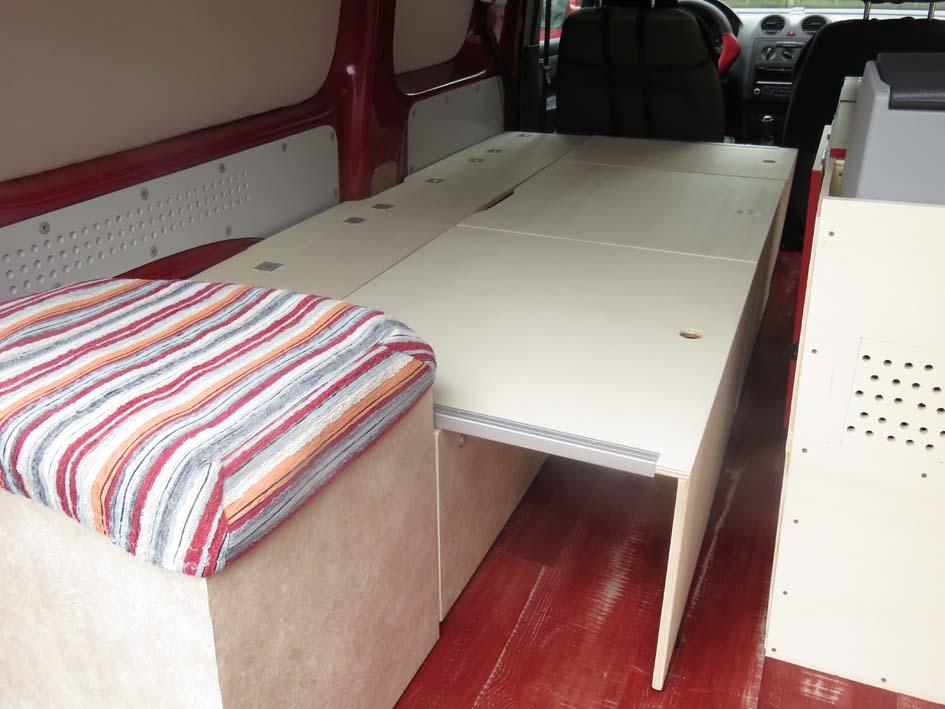 Das Bett in ausgefahrenem Zustand und ausgeklappten Füßen