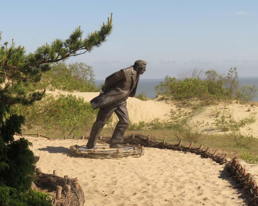 Bronze-Statue auf einer Düne